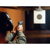 Стрельба из пистолета в стрелковом клубе